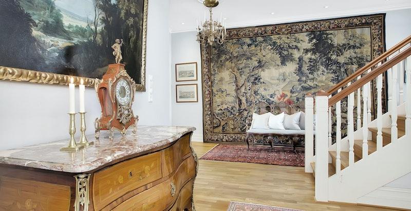 Stor hall med klassiske detaljer