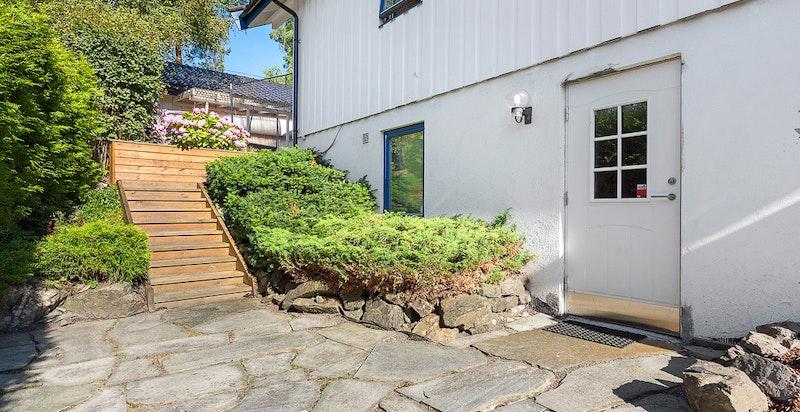 Inngang til kjelleren på enden av huset, fin og usjenert uteplass her også