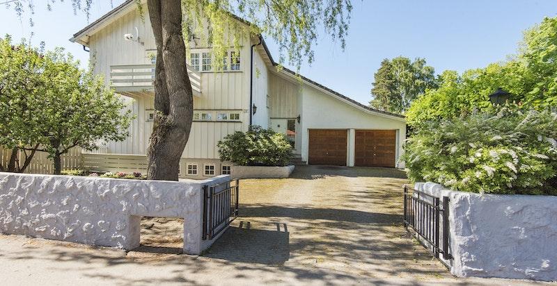 Boligen har en flott beliggenhet i barnevennlig og veletablert boligområde på Bygdøy.