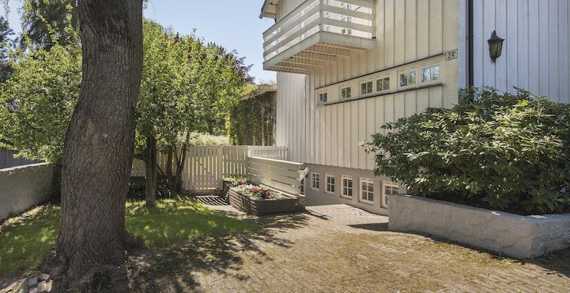 Fasade med egen inngang til kjeller, og balkong ut fra gang i 2. etasje.
