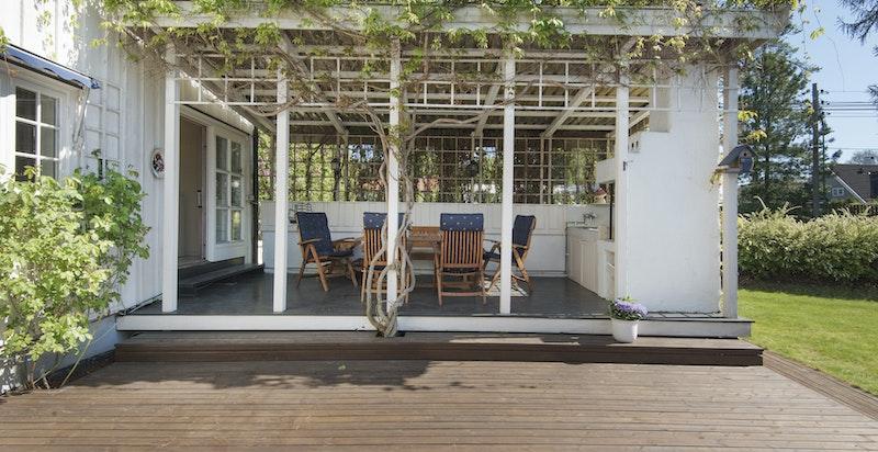 Hyggelig spiseplass med peis på terrassen.