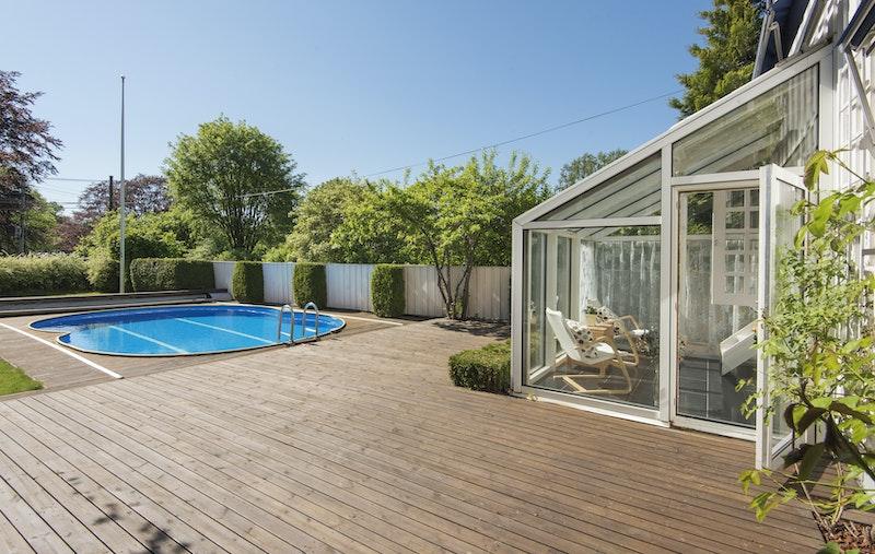 Stor terrasse (75 m²) med badebasseng og god plass til flere utegrupper.