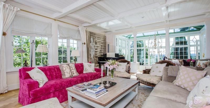 Stor dagligstue med nydelig utsikt og lekre detaljer