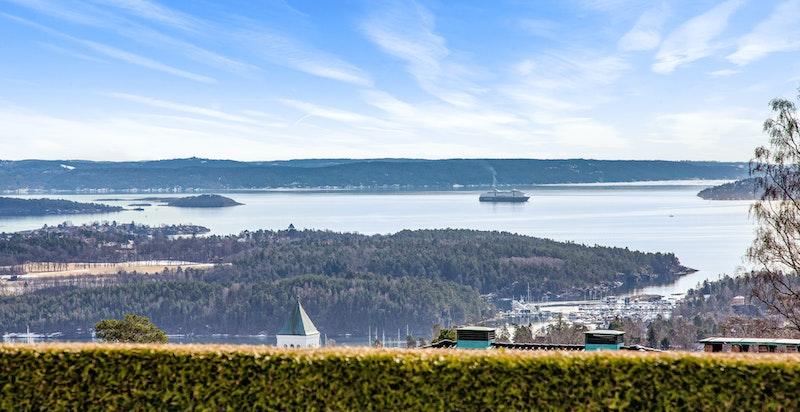 Nydelig utsikt over byen og fjorden