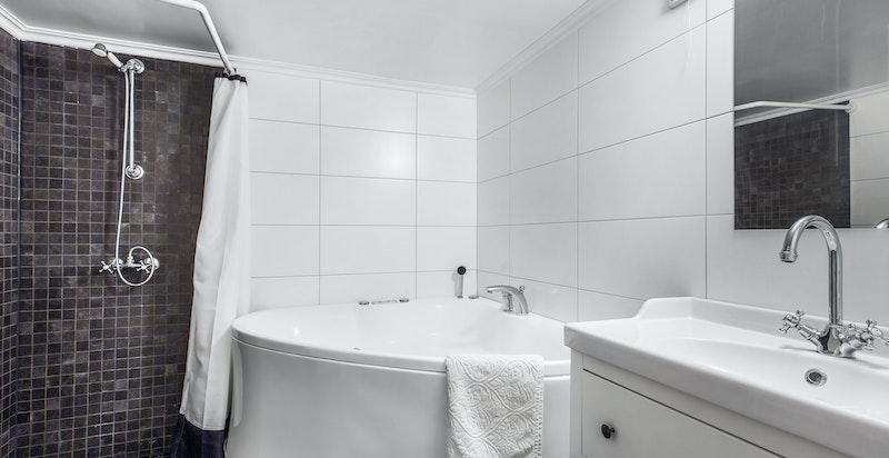 Delikat og pent flislagt bad i underetasjen