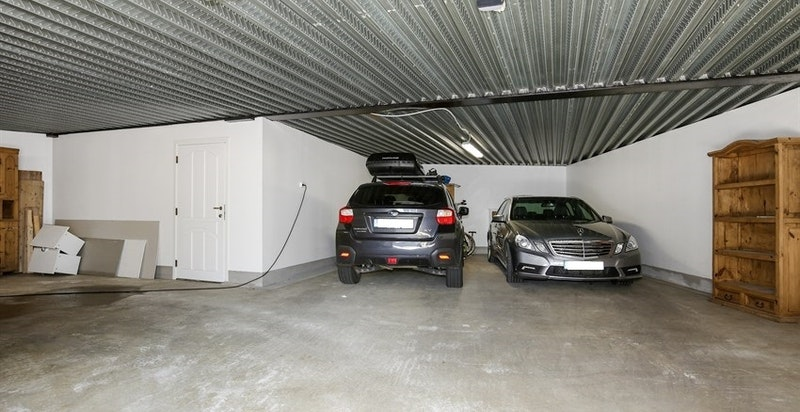 Underjordisk garasje med plass for 4 biler.