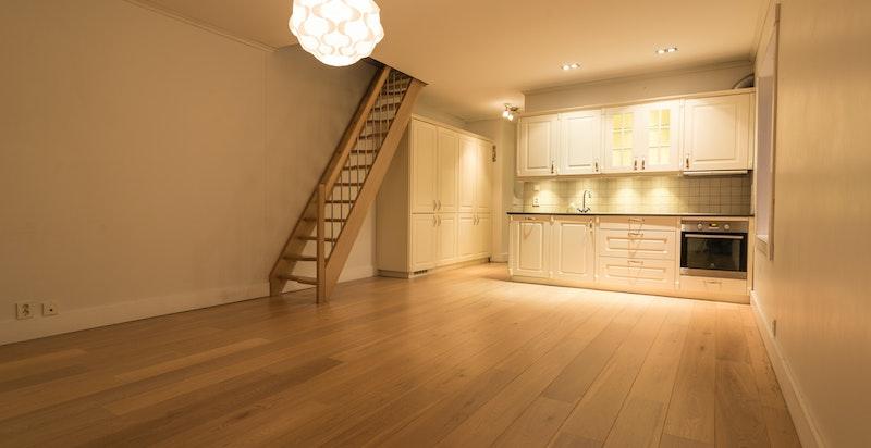 Stue/kjøkken i praktikantdel i 2. etg. Trapp opp til soverom.