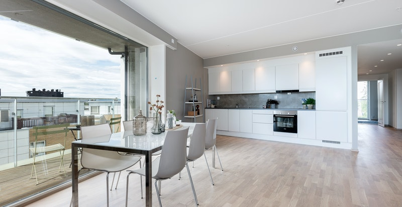 Kjøkkenet har plass til spisestue.