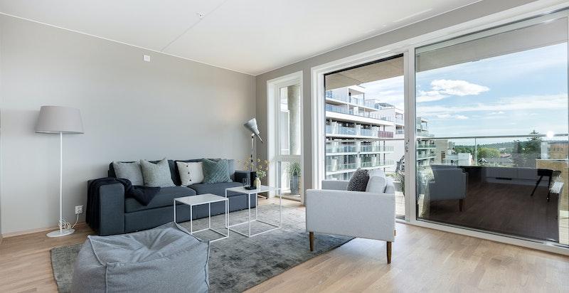 Fra stuen er det utgang til solrik sydvestvendt balkong på ca. 22 kvm.