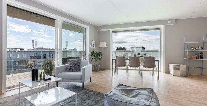 Lys og luftig stue. Store vindusflater gir gode lysforhold i leiligheten.
