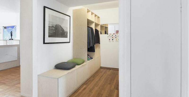 Gang med plassbygget garderobe/skap.