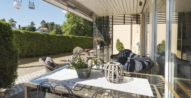 Usjenert terrasse med adkomst som kun benyttes av denne leiligheten.