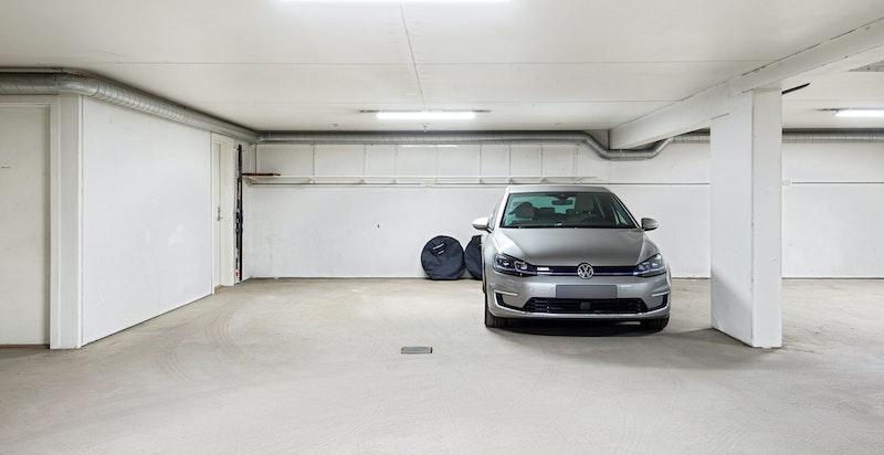 Garasje med 2 fine parkeringsplasser og bod på sidevegg.