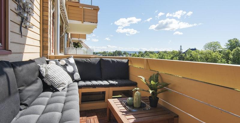 Sydøstvendt balkong med gode solforhold og pent utsyn