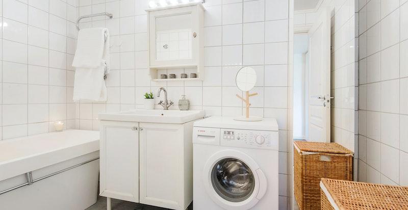 Bad/wc med badekar og opplegg for vaskemaskin