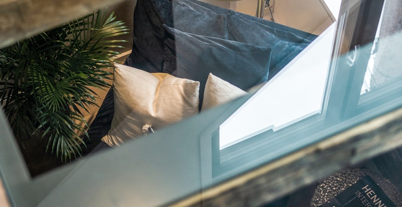 For å få mer lys inn i stuen er det lagt en glassplate i gulvet i 2. etg