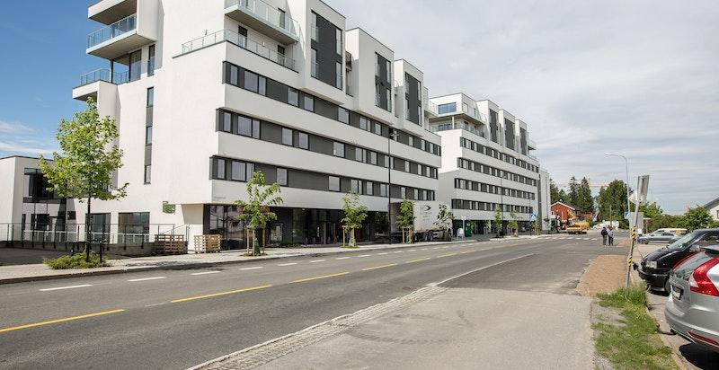 Fasade sett fra Trondheimsvegen. Boligen er nylig ferdigstilt.