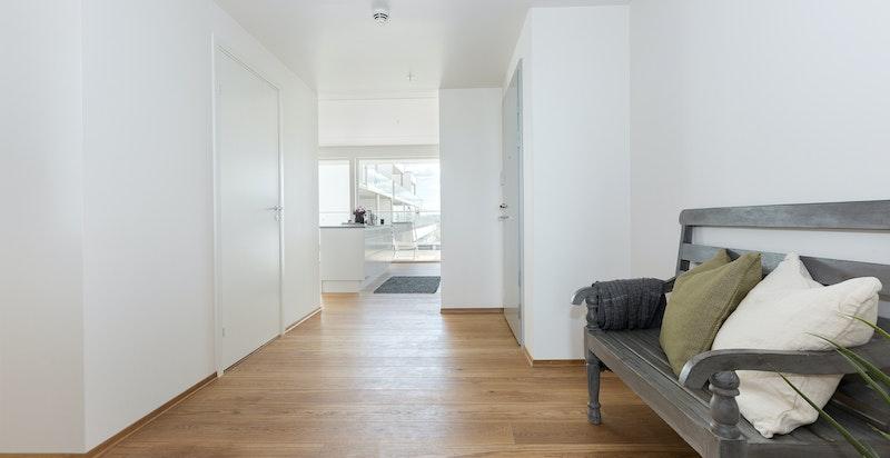 Innbydende entré/gang med naturlig avsatt plass for garderobeskap.