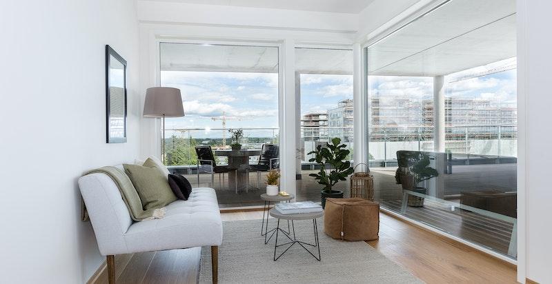 Stuen er romslig og har plass til flere salonger. Naturlige soner for møblering.