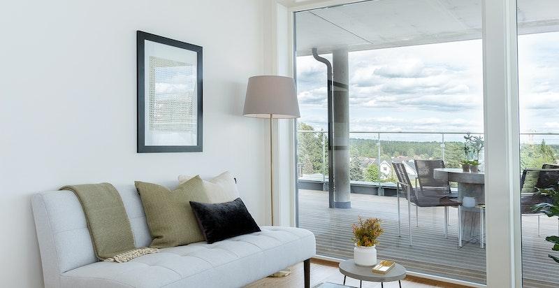 Fra stuen er det hyggelig og fritt utsyn. Store vindusflater slipper inn mye lys.