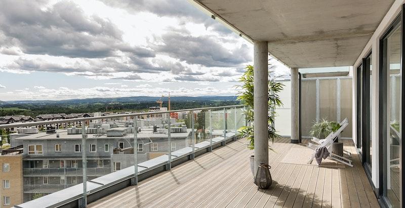 Boligen har en stor, privat terrasse på hele 165 kvm med gode sol- og utsiktsforhold.