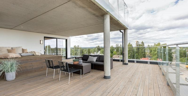 Stor og romslig terrasse med gode sol- og utsiktsforhold