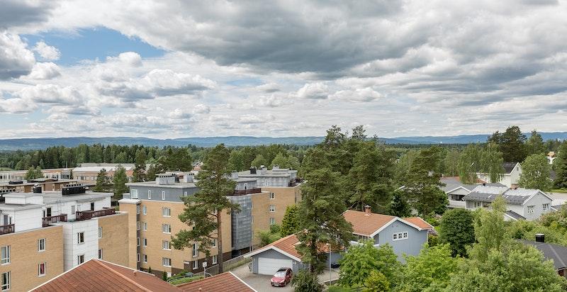 Utsikt fra terrasse. Boligen ligger høyt og fritt.