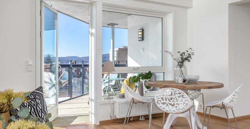Fra stuen er det utgang til balkong på 13 kvm med fine solforhold på ettermiddag og kveld midtsommers.