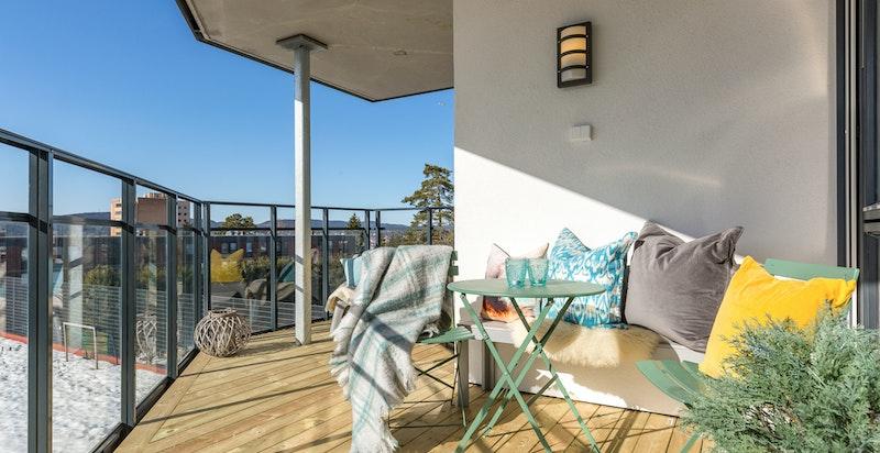 Balkongen har plass til utemøblement og grill.