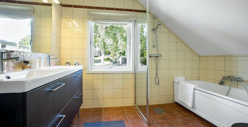 Bad/wc med badekar og dusj