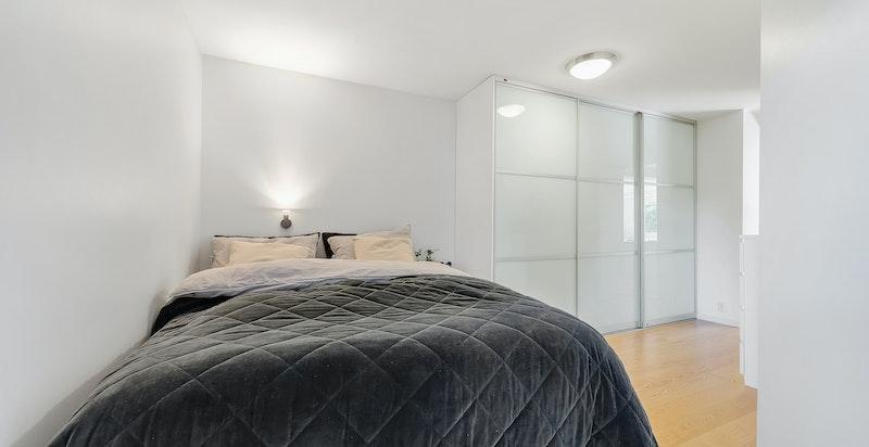 Rommet har en forholdsvis god størrelse og er innredet med en stor skyvedørsgarderobe med innredning for oppbevaring.