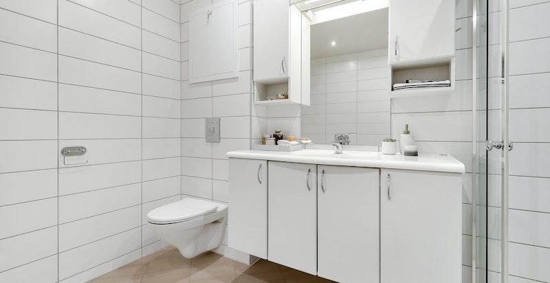 Badet har varmekabler i gulv, oppelgg for vaskemaskin og tørketrommel samt en varmtvannsbereder på ca. 200 L.