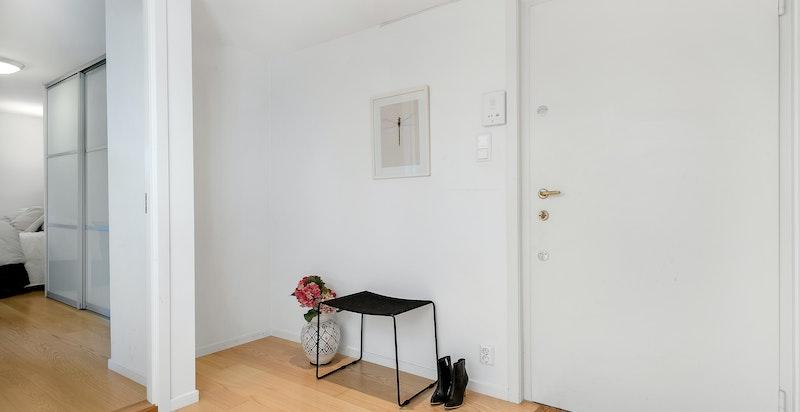 Åpen entré/gang som gir en hyggelig velkomst inn i boligen. Rommet gir plass til garderobeskap hvis ønskelig.