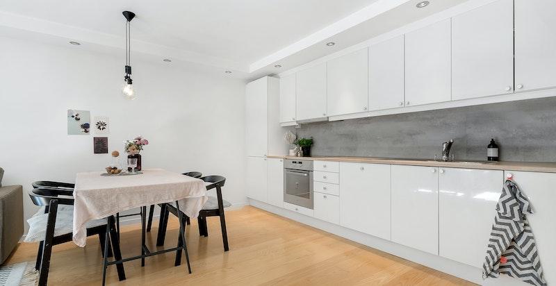 Kjøkkenet er komplett utstyrt med integrerte hvitevarer som består av: Induksjon platetopp, stekeovn, oppvaskmaskin samt kjøle- og fryseskap.