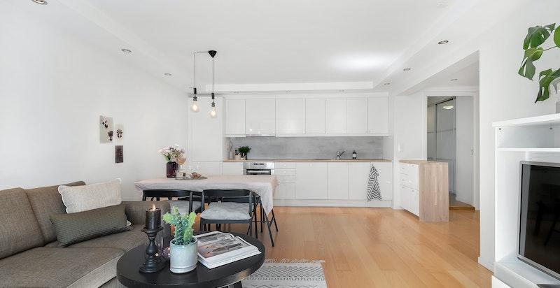 Stuen og kjøkkenet er i en åpen løsning og danner leilighetens allrom.