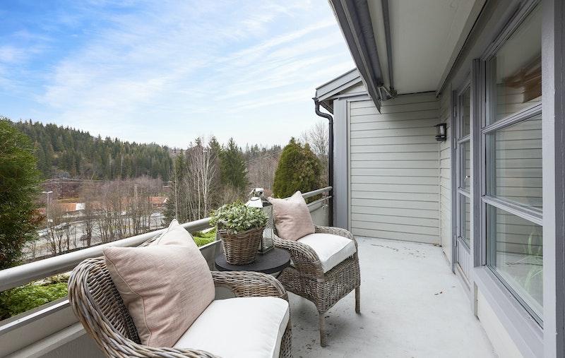 Stor og usjenert, vestvendt balkong på ca. 9 kvm, med flott utsikt og gode solforhold. Nyere elektronisk markise, utvendig støpsel og varmelampe