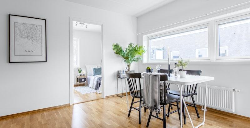 Stor plass for spisebord og mange til bords på kjøkkenet