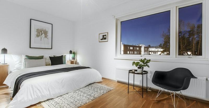 Hovedsoverom med plass for stor seng og innmontert skyvedørsgarderobe