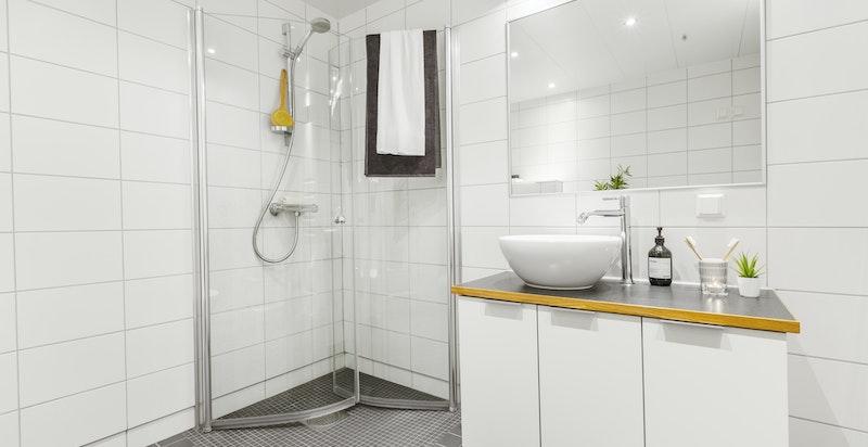 Moderne bad med hjørnedusj, gulvvarme, plass for vaskemaskin og tørketrommel m.m.