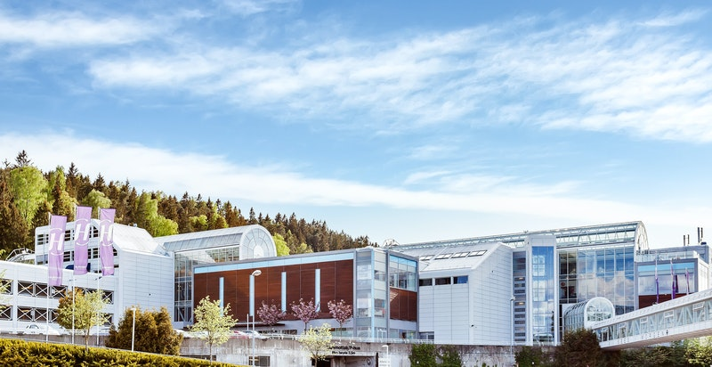 Godt utvalg av forretninger samt vinmonopol og bibliotek på Holmen Senter