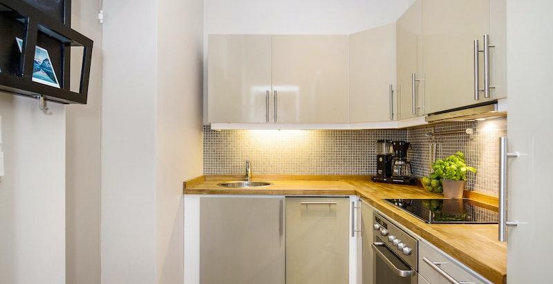 Kjøkkenet har rikelig med skap- og benkeplass.
