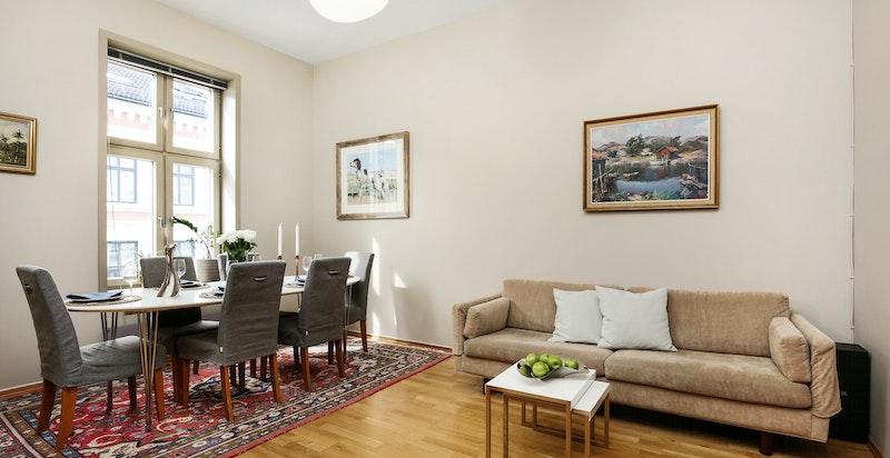 Lys og trivelig stue med 3,3 meter takhøyde