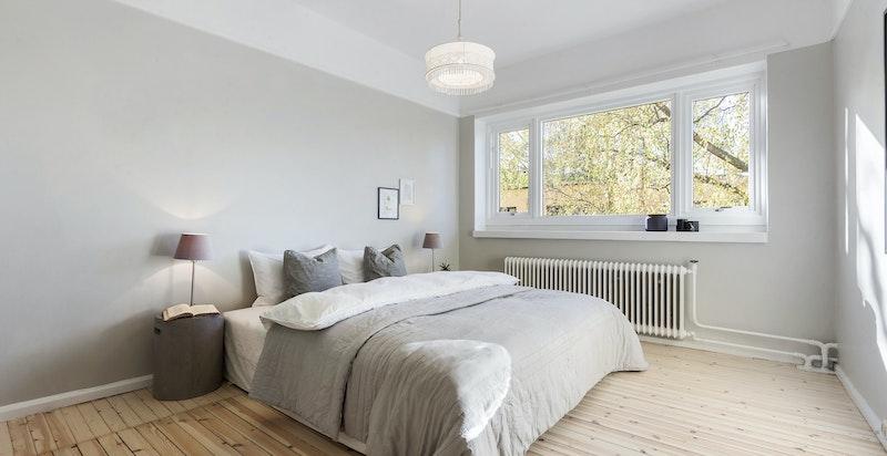 Soverommet er romslig med integrerte skapløsninger