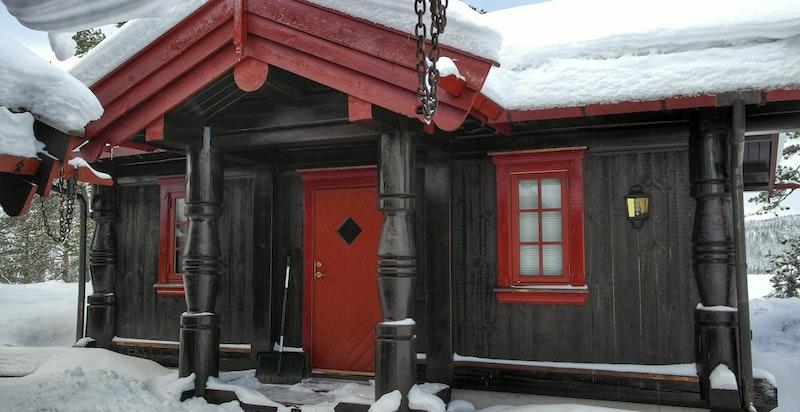 Familietun med stor hytte og anneks med bad og to soverom