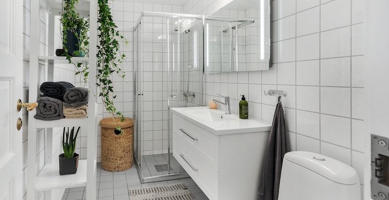 Opplegg for vaskemaskin og tørketrommel på badet.