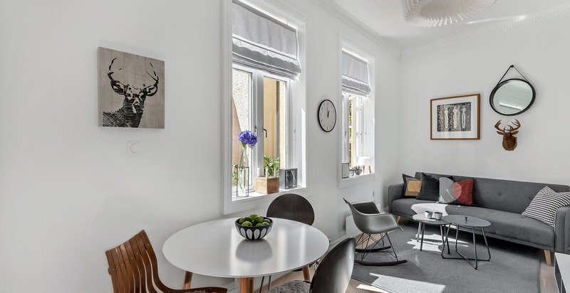 Stue med plass til sofagruppe og spisebord.