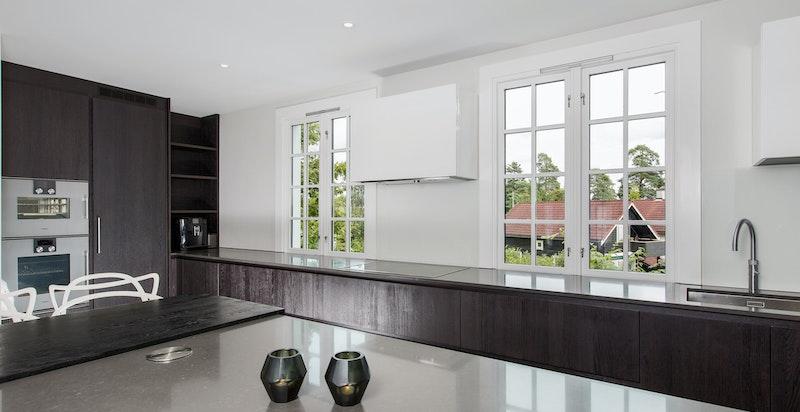 Fint lysinnfall fra flere vinduer på kjøkkenet