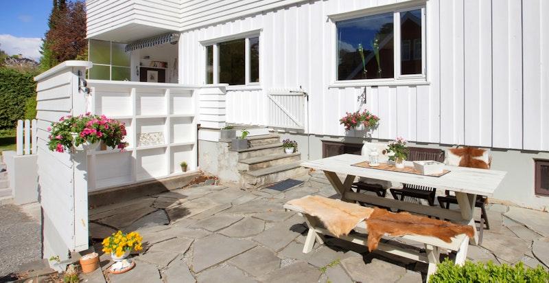 Pent opparbeidet terrasseområde med skiferheller
