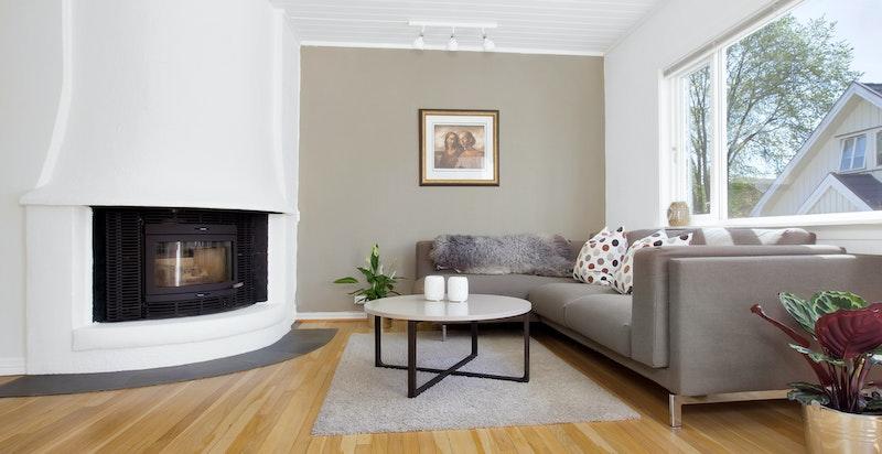 Stue med peis (ny 2017) - store vindusflater gir rikelig med naturlig lys