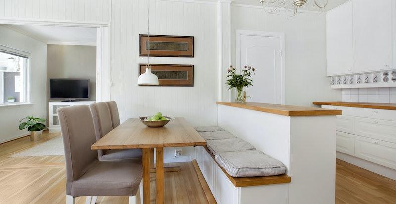 Hyggelig spiseplass med benk på kjøkkenet